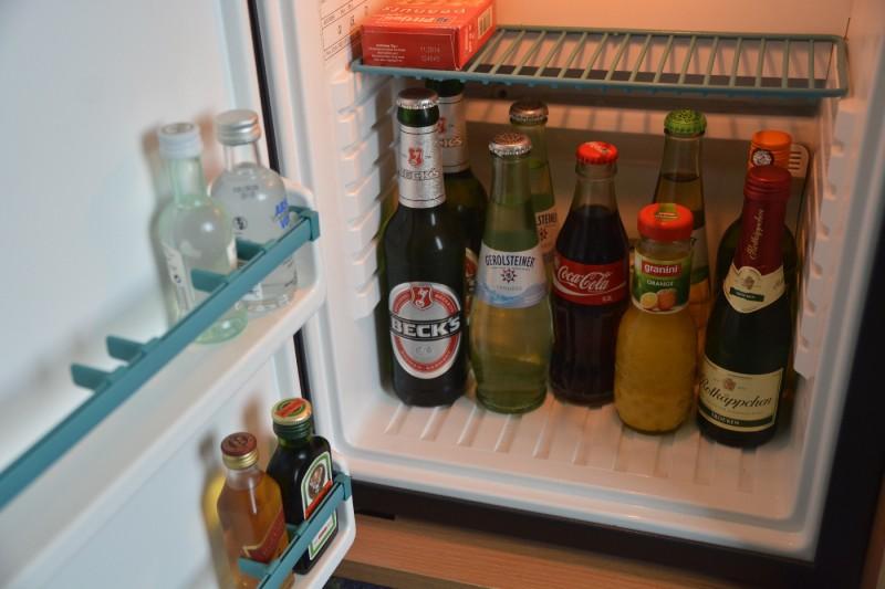 Minibar (Softdrinks 0,2 l 3,00 EUR, Bier 0,33 l 3,50 EUR, Wein und Sekt 6,00 EUR)