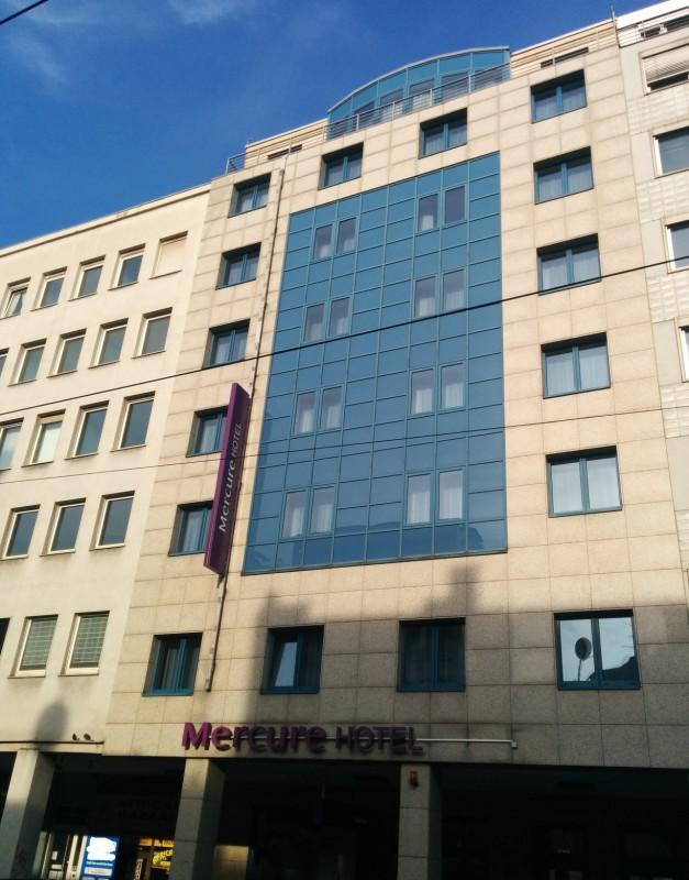 """Außenansicht des Mercure Frankfurt Messe City von der Strassenbahnhaltestelle """"Platz der Republik"""" her"""