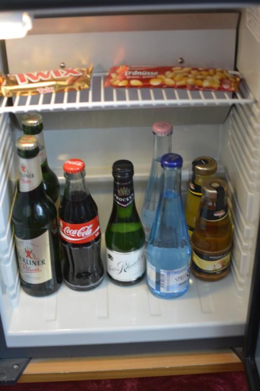 Minibar (Minieralwasser 2,10 EUR für 0,25 l, Coca-Cola 2,30 EUR /0,2 l; Bier 0,33 l/ 2,50 EUR) im Hotel ibis Styles Berlin an der Oper