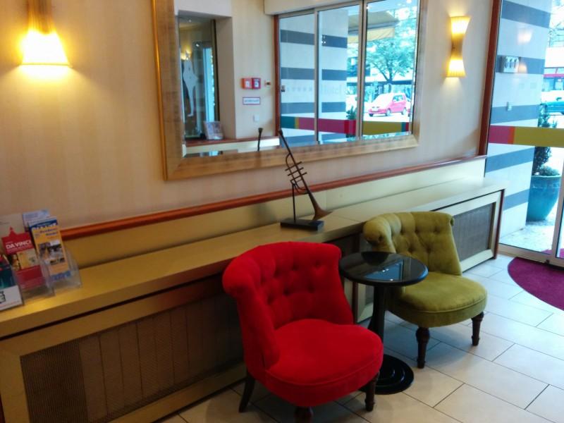 Sessel im Eingangsbereich des ibis Styles Berlin an der Oper