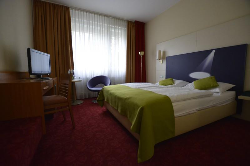 Blick durch das All Comfort Plus Zimmer im Hotel ibis Styles Berlin an der Oper
