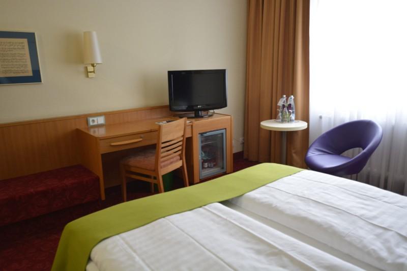 All Comfort Plus Zimmer im ibis Styles Berin an der Oper vom Bett aus