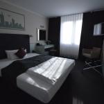 Blick durch das Zimmer vom Flur her des Zimmers im Hotel Mercure Frankfurt Messe City