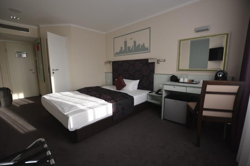 Blick durch das Zimmer im Hotel Mercure Frankfurt Messe City vom Sessel aus