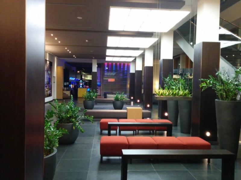 Blick vom Aufzug her durch die Lobby des Novotel Karlsruhe