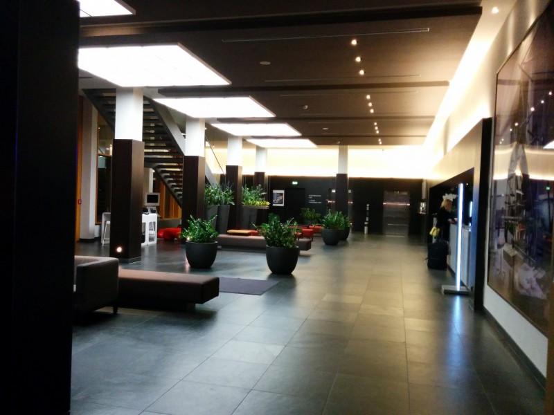Blick von der Bar quer durch die Lounge des Hotels Novotel Karlsruhe