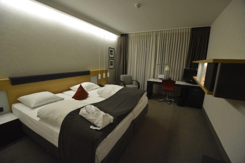 Executive Zimmer vom Flur her des Hotels Novotel Karlsruhe