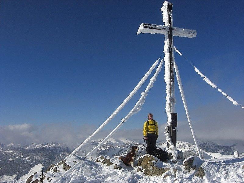 Sonja mit Hund bei der Schneeschuhwanderung (Foto: Udo Weisner)