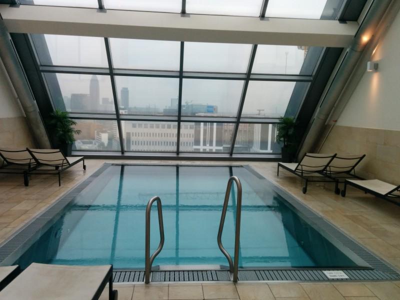 Pool mit Ausblick im 18. Stock des Radisson Blu Frankfurt
