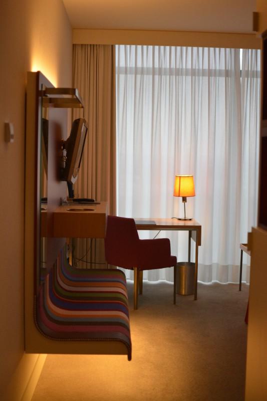 Der erste Blick ins Zimmer 1220 im Hotel Radisson Blu Frankfurt