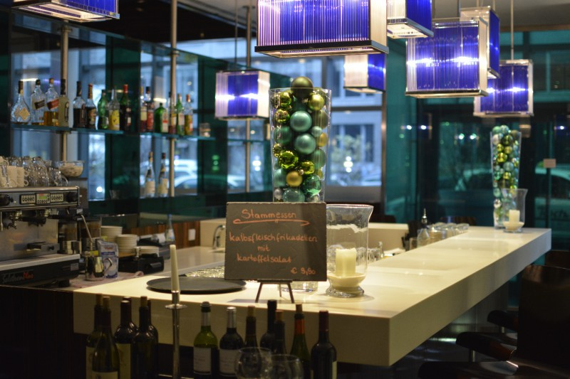 Bar im Eingangsbereich des Restaurants Coast des Radisson Blu Frankfurt
