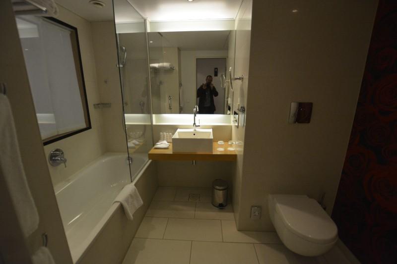 Badezimmer im Zimmer 1220 des Hotels Radisson Blu Frankfurt - mit Badewanne!