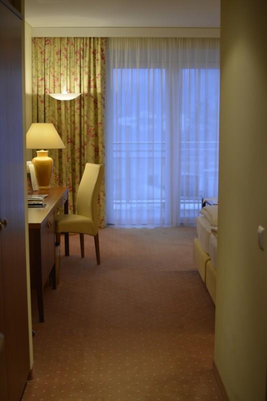 Der erste neugierige Blick ins Zimmer im Hotel Werzer's in Pörtschach am Wörthersee