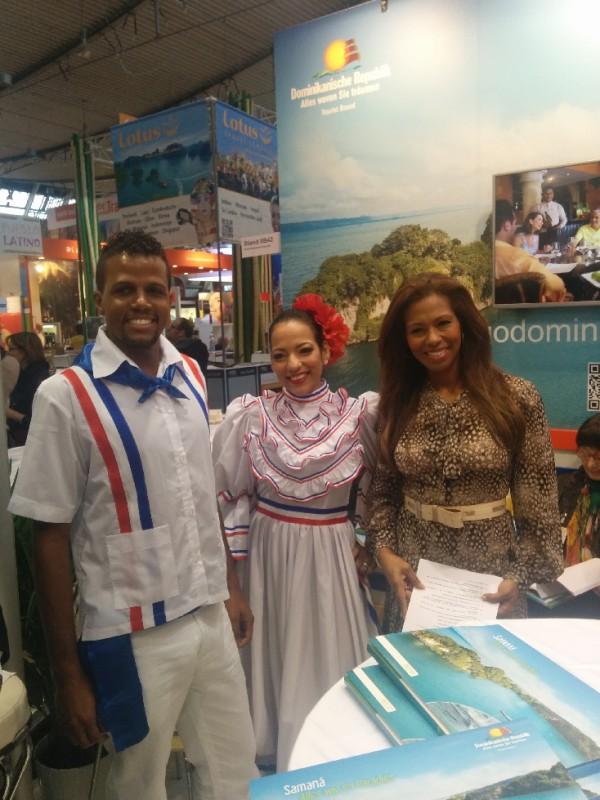 Petra Cruz-Deyerling,  Europa-Direktorin des Tourist Boards der Dominikanischen Republik mit den Tänzern auf der CMT 2015