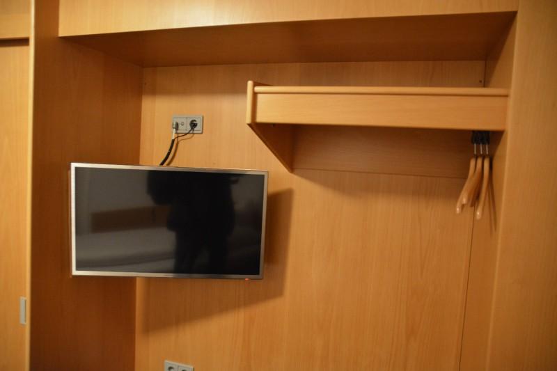 LCD TV etwas unschick aufgehängt ;)