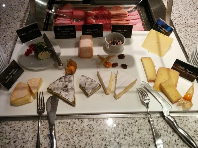 Käseplatte beim Frühstücksbuffet im Germania / Bregenz
