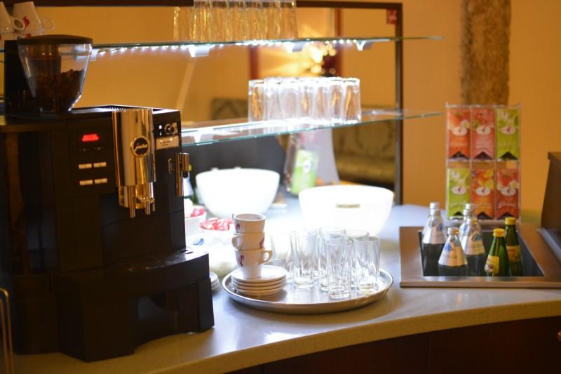 Automat für Heißgetränke, daneben die Kaltgetränke im Hotel am Mirabellplatz Salzburg