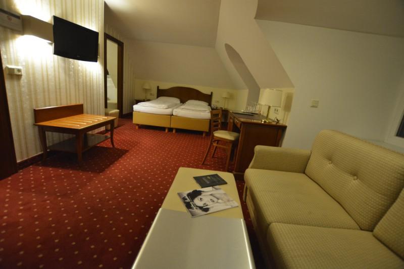 Blick durch das Zimmer von der rechten Seite Richtung Bett des Hotels am Mirabellplatz Salzburg