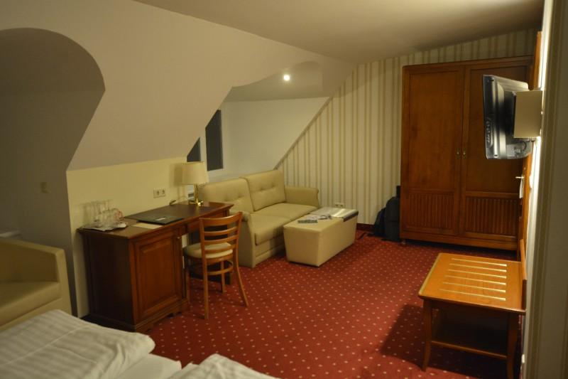 Blick von der Dusche kommend durch das Zimmer im Hotel am Mirabellplatz Salzburg