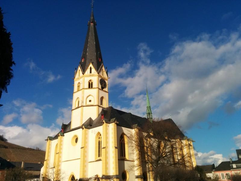 Laurentiuskirche, vom Weißen Turm her kommend, im herrlichen Sonnenschien in Ahrweiler