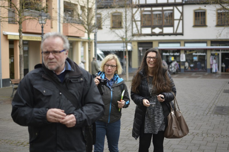 Ellen von Patotra knipst und Tanja von den Reiseaufnahmen grinst sich einen ab bei der Stadtführung in Ahrweiler