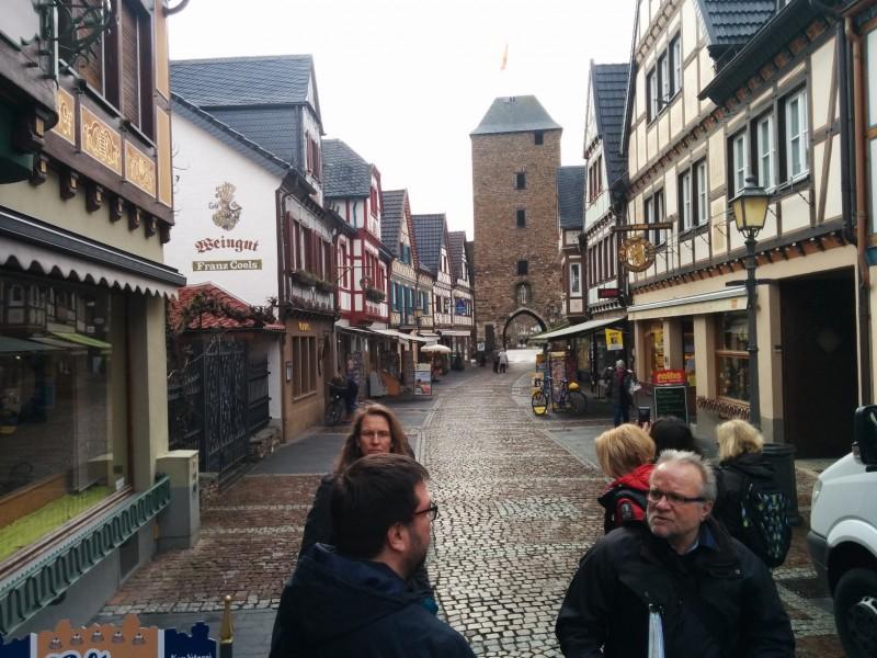 Die Ahrhutstrasse inklusive unseres Stadtführers rechts im Bild