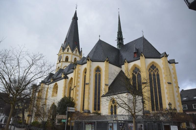 Laurentiuskirche in Ahrweiler bei aufklarendem Himmel