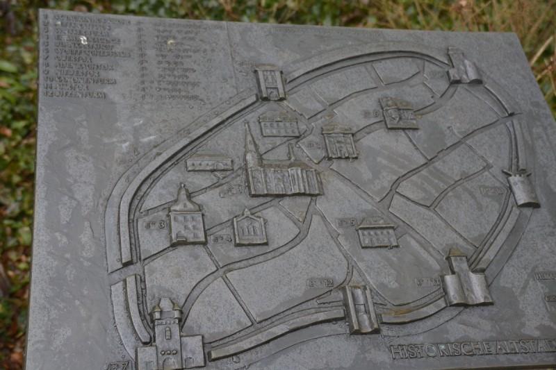 Stadtplan mit Braillebeschriftung an der Laurentiuskirche in Ahrweiler