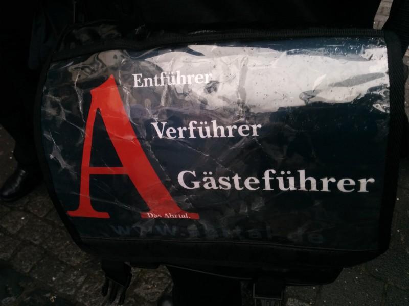 Tasche des Stadtführerers durch Ahrweiler