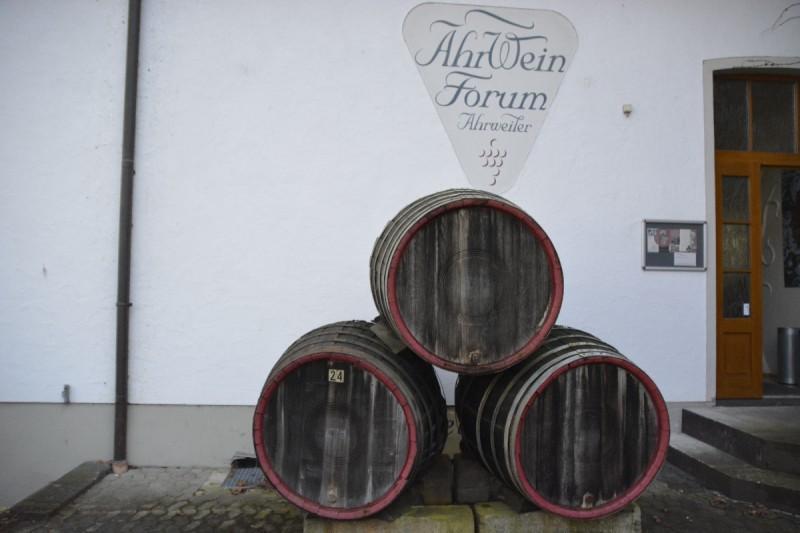 Weinfässer vor dem AhrWein Forum  in Ahrweiler