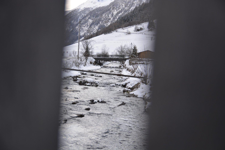 Durch das Brückengeländer fotografiet