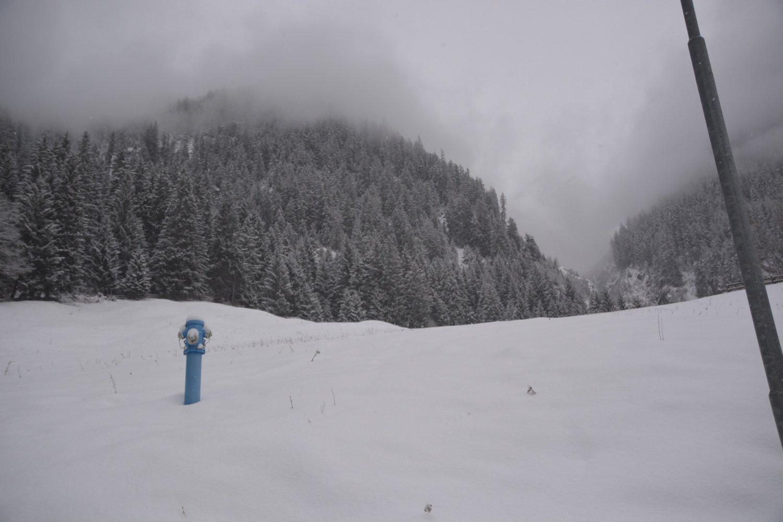 Ein blauer Hydrant im Schneefeld - quer langweilig...