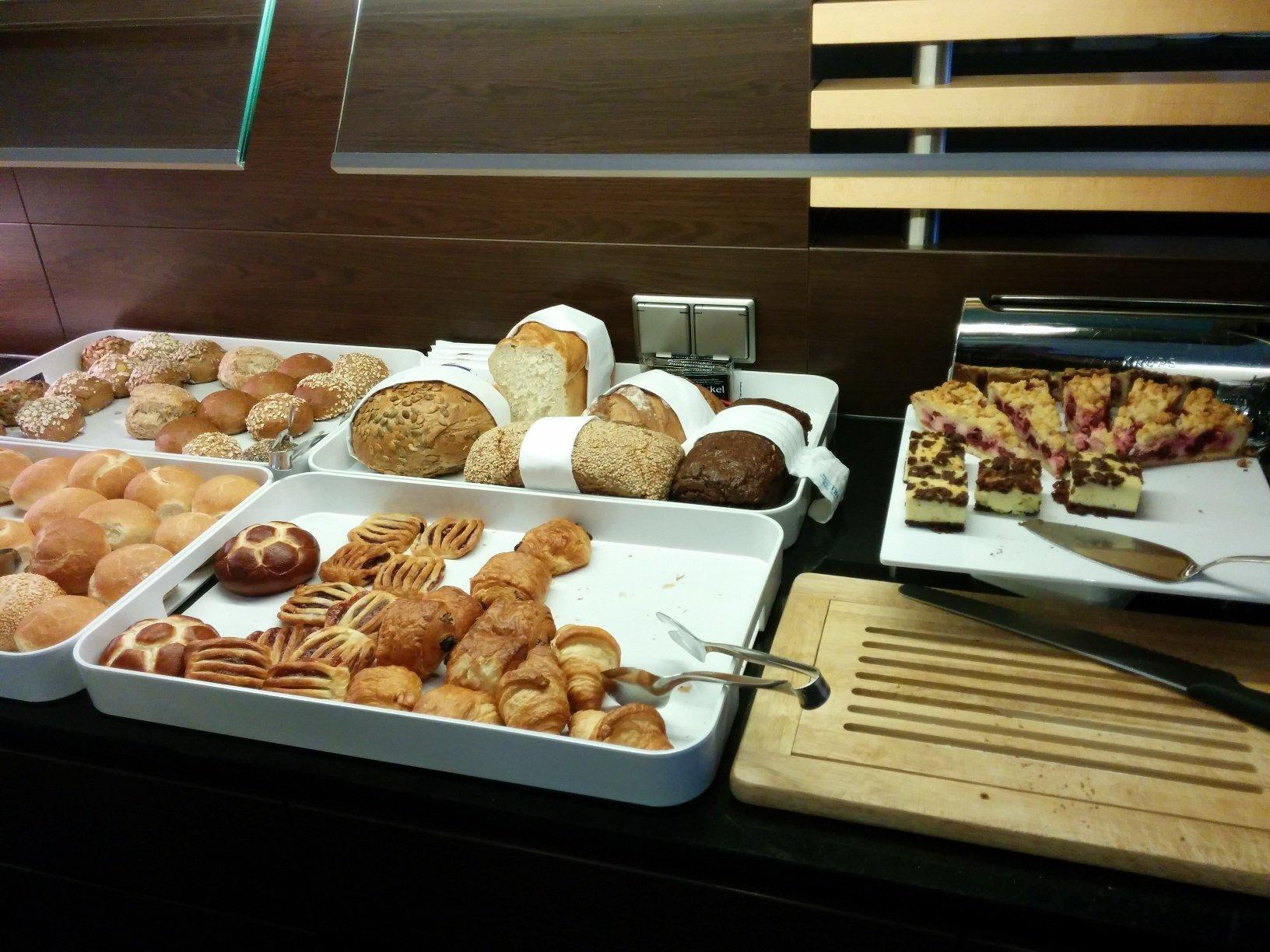 Brot, Brötchen und Süsse Stückchen im NH Hotel Hamburg Mitte