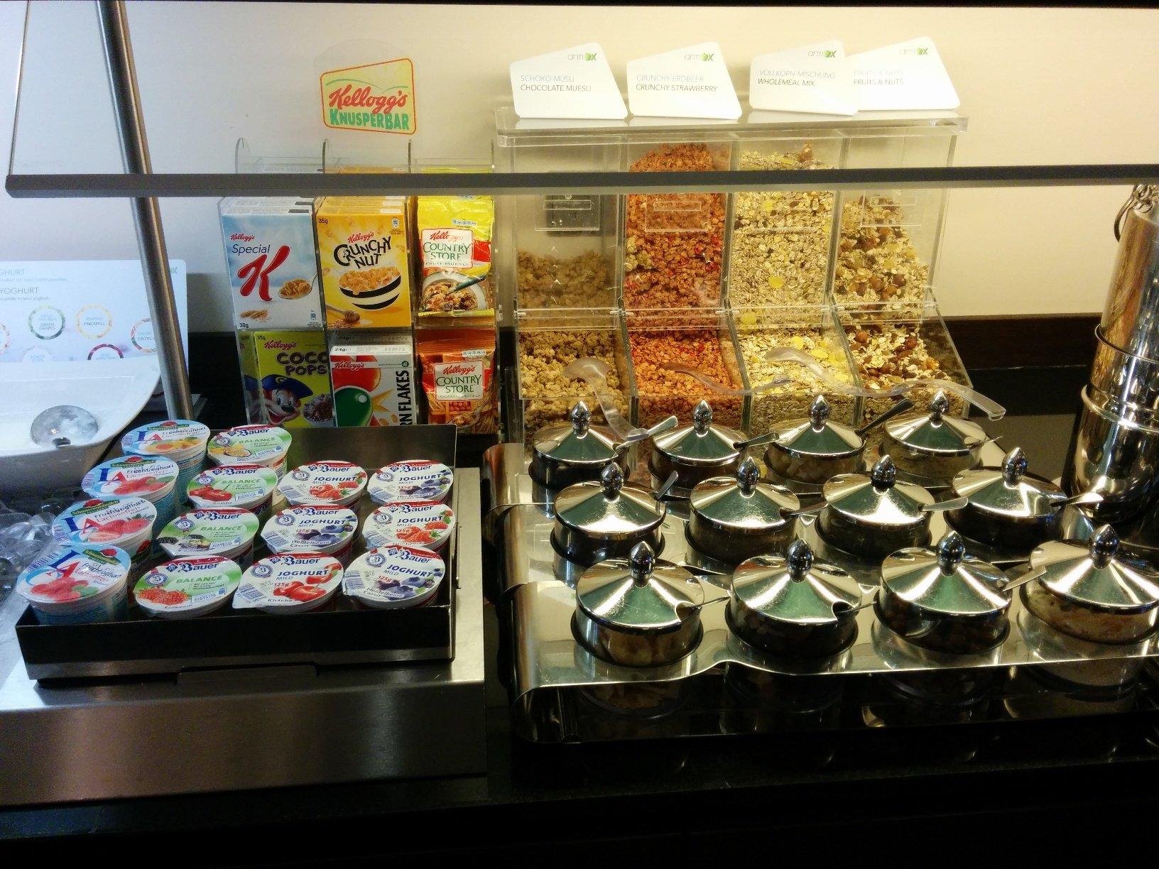 Frühstück mit Müsli und Jogurt im NH Hotel Hamburg Mitte