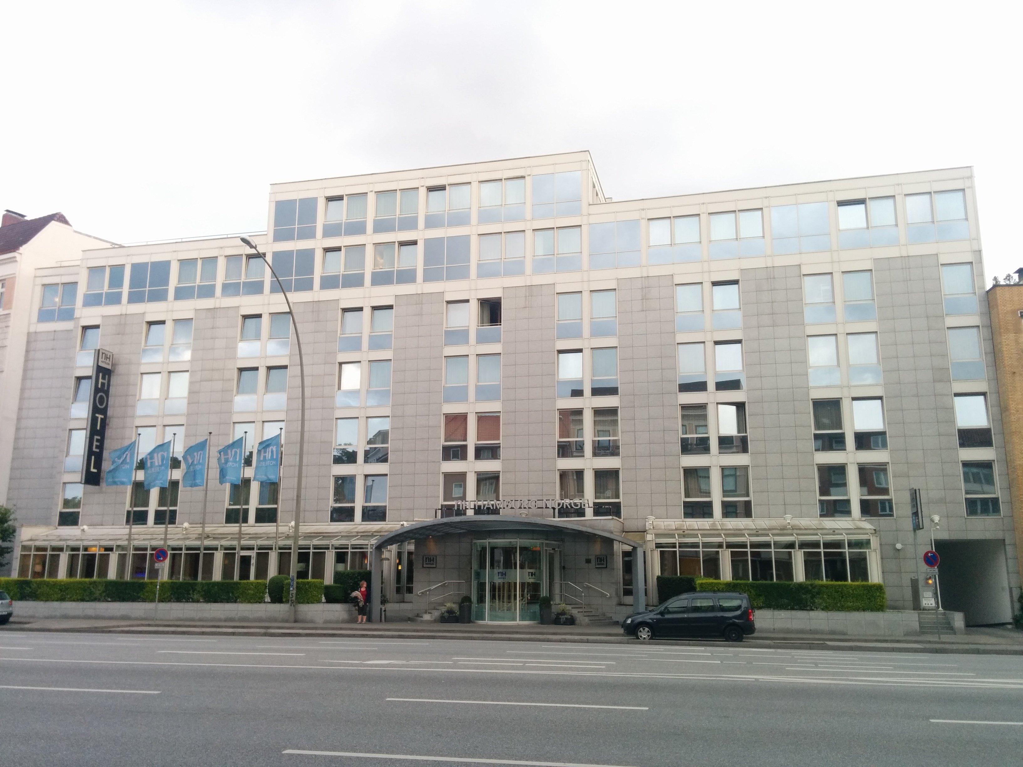 Außenansicht des NH Hotel Hamburg Mitte von der gegenüberliegenden Strassenseite