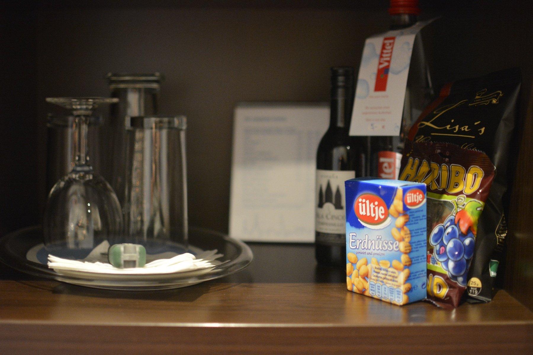 Knabberzeuchs (Erdnüsse, Chips, Schokolade, Weingummis alle 2,50 EUR im NH Hotel Hamburg Mitte