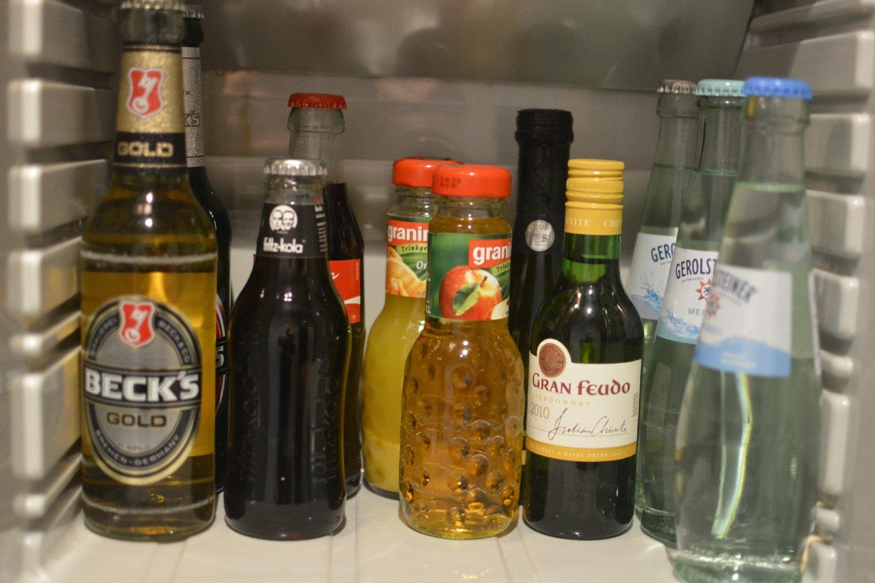 Minibar (Coca-Cola 0,2 l 3 EUR, Bier 0,33 l 3,20 EUR, Mineralwasser 0,25 l 3,00 EUR) im NH Hotel Hamburg Mitte