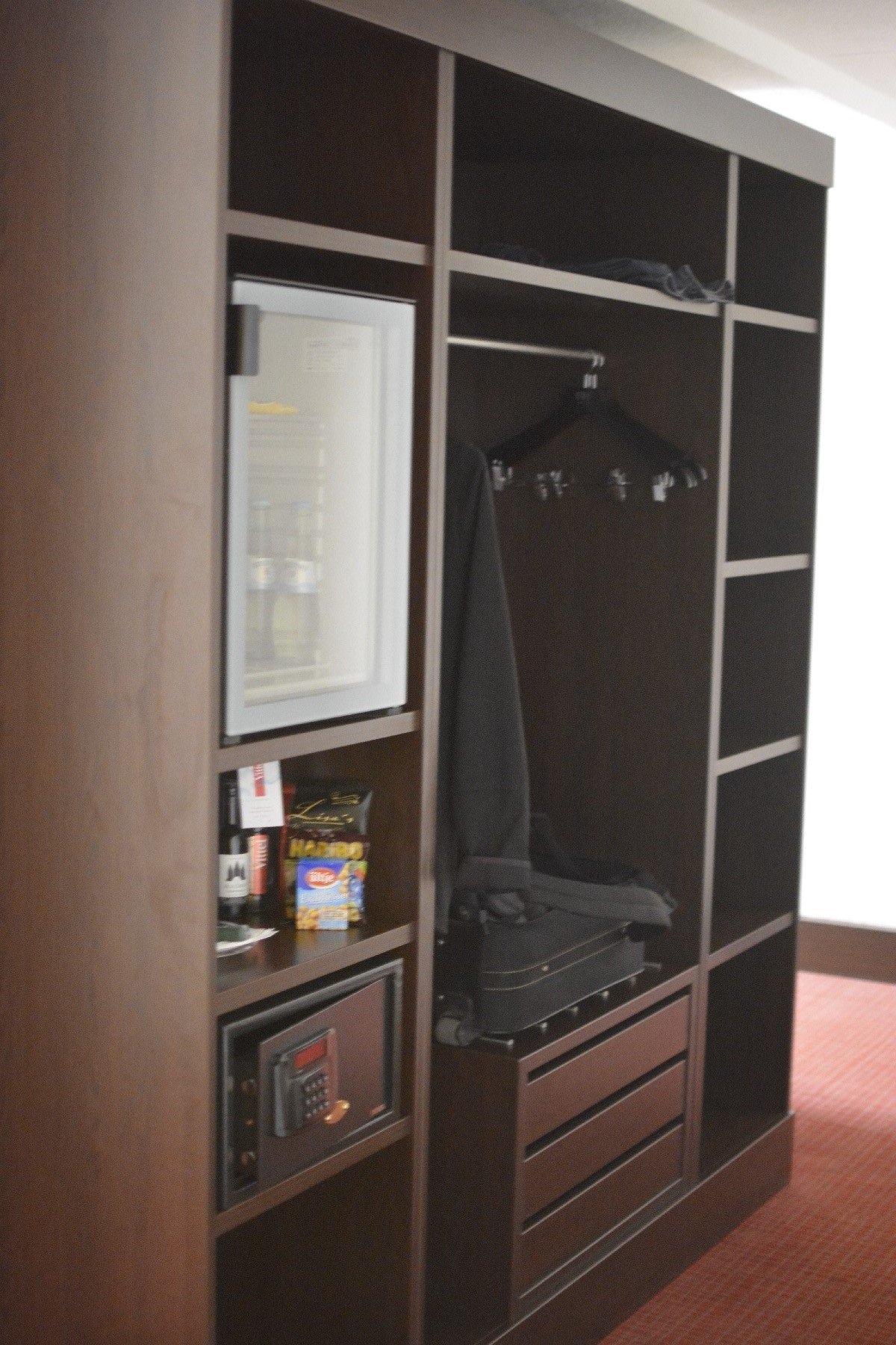 Schrankwand mit Ablagefläche, Minibar etc im NH Hotel Hamburg Mitte