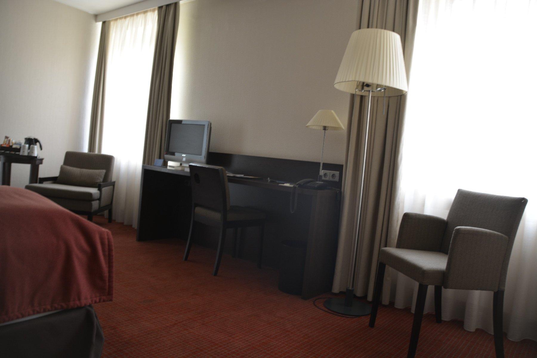 Schreibtisch, Sessel... im NH Hotel Hamburg Mitte