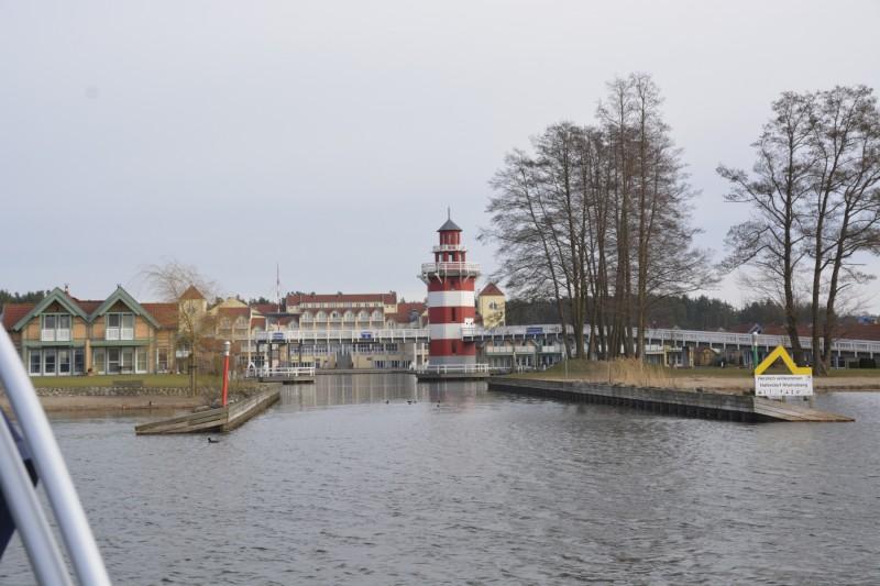 Einfahrt in den Hafen mit Blick auf den Leuchtturm und das Hotel Maritm Hafenhotel Rheinsberg