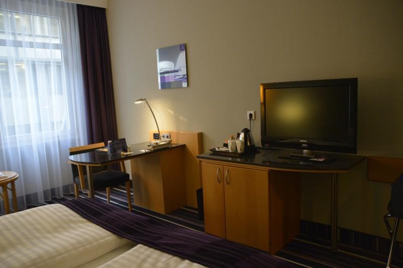Schreibtisch und TV im Radisson Blu Bremen