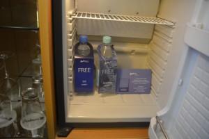 Wasser in der Minibar im Radisson Blu Bremen