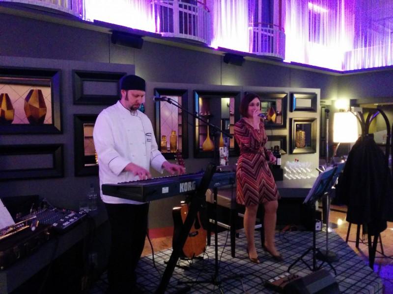 Chefkoch und Musiker Michael Karge und seine bezaubernde Frau musizieren für uns im Radisson Blu Bremen
