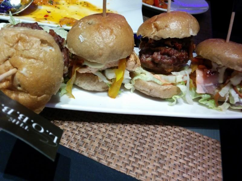 Burger - mit Fleisch und mit Lachs im THE L.O.B.B.Y im Radisson Blu Bremen