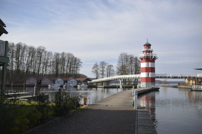 Links vom Leuchtturm ist der Bootsverleih von Boat-City in Rheinsberg