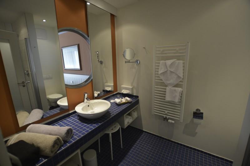 Bad in meinem Classic Zimmer im Hafenhotel Rheinsberg