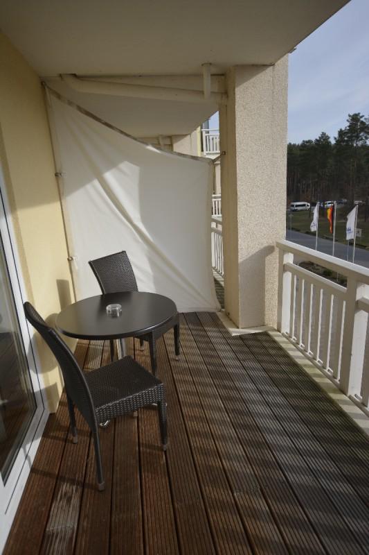 Großer Balkon mit Platz zum Sitzen in der Sonne im Maritim Hafenhotel Rheinsberg
