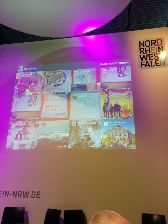 Irgendwie Meta - ich fotografiere die Socialwall von #DeinNRW mit Pic von Sarah von verwandert.de und mir auf der ITB 2015