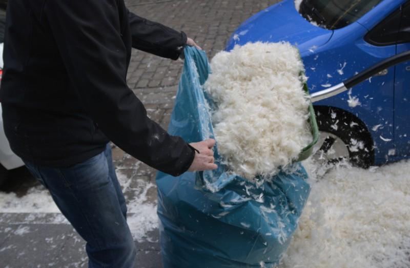 Aufräumarbeiten nach der Kissenschlacht von den Mitarbeitern des Radisson Blu Bremen