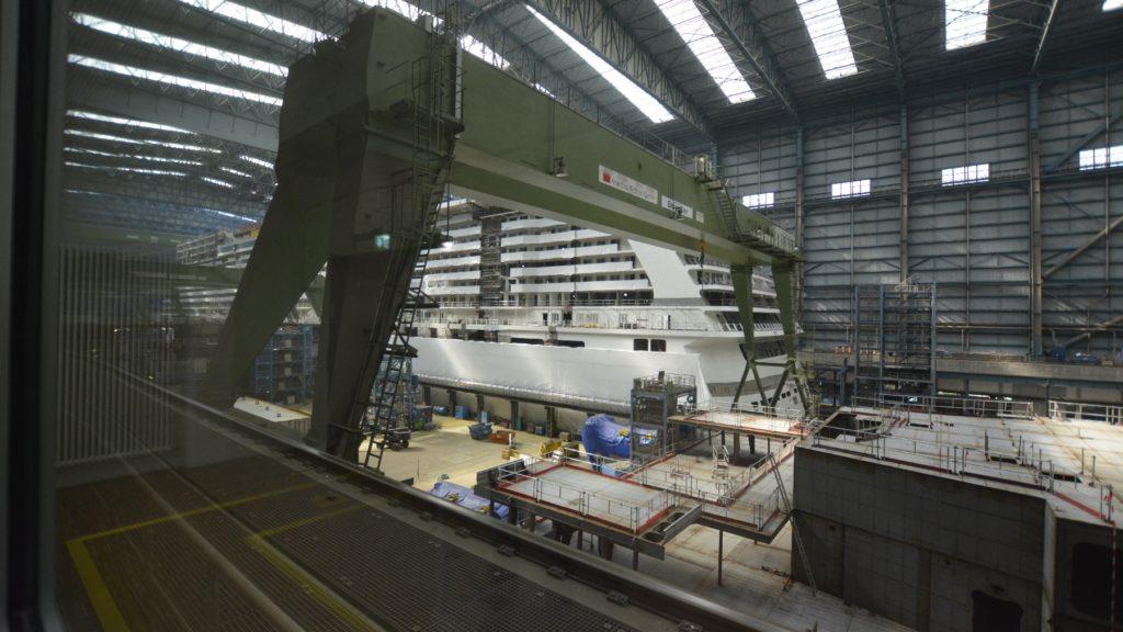 Blick in die große Halle der Meyer-Werft in Papenburg